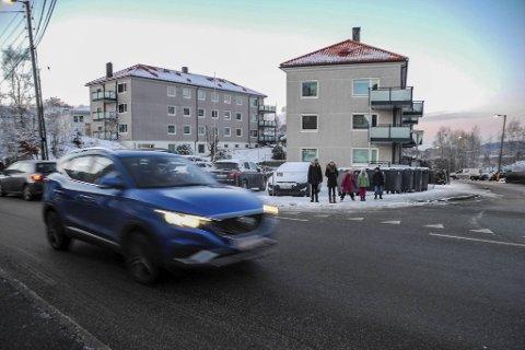 Her må skolebarna løpe over veien uten overgangsfelt.