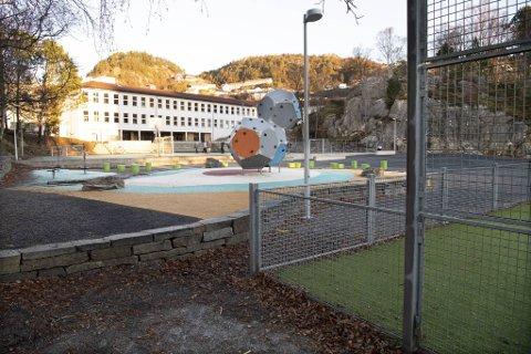 Ved Hellen skole er 113 elever og ni ansatte i karantene per fredag.