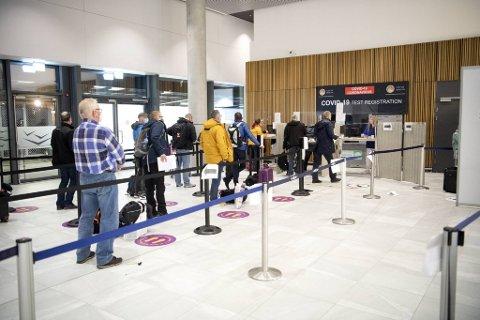 Køen for å teste seg for koronavirus var lang søndag. Minst ti utenlandske borgere ble bortvist fra flyplassen av ulike årsaker samme helg.