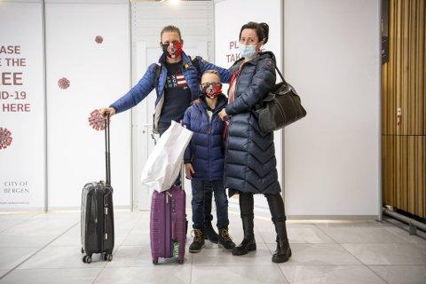 Magdalena, Robert og Olivier Solak har besøkt familie i Polen. De ble møtt med obligatorisk Covid-19 test på Flesland og skal rett i karantene.