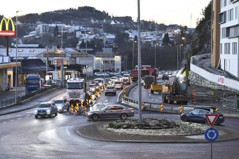 Sørgående veibane er sperret av, mens et felt er lånt fra nordgående veibane.