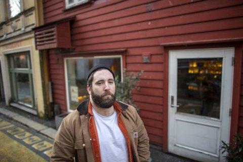 Matt Kidd er kokk ved Okidoki i Skostredet, som nå holder stengt grunnet skjenkestoppen. Utelivsbransjen i Bergen er forberedt på flere koronasmeller og permitteringer fremover.