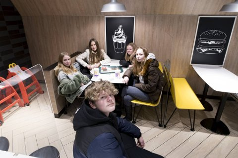 Storm Alexander Steinsvik (13) sitter på McDonalds sammen med klassevennene Silje Kristina Haga Rysst (14), Johanne Viktoria Bruheim (14), Ina Marie Stenseth (14) og Savannah Kippersund (14). De synes alle det har vært et rart skoleår.