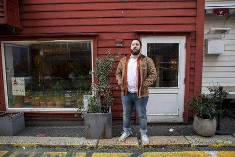 Bergen har nesten 5000 personer som arbeider i serveringsbransjen. Mange er rammet av myndighetenes skjenkestopp, inkludert kokken Matt Kidd (29) på Okidoki i Skostredet.