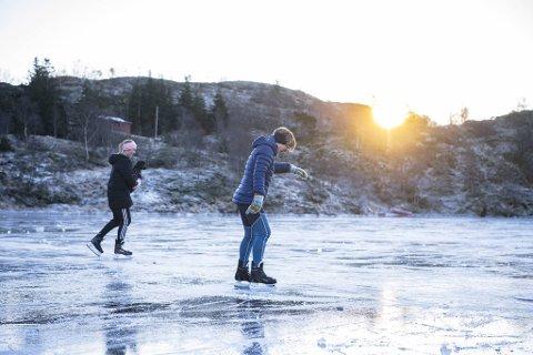 Tiril Karin (f.v.) og Nora Hansen hadde en nydelig mor-datter-dag på Landåsfjellet.