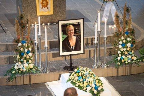 Karoline Aadland var på jobb for Røde Kors da flyulykken skjedde. 28. mars ble det avholdt minnegudstjeneste i Sælen kirke.