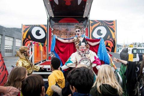 – Tigerbussen er et magisk univers hvor alt kan skje, sier teatersjefen. Her er tre av Tigertruppens medlemmer: (f.v) Hina Zaidi, Andreas Thoresen og Martin Karelius Østensen.