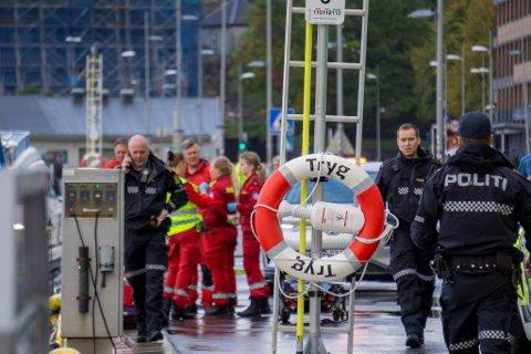 Mannen (20) ble hentet opp av vannet og fraktet i land ved Bryggen.