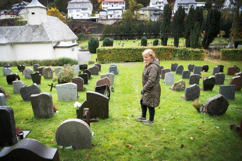 For øyeblikket finnes det 4850 eierløse graver i Bergen som risikerer å bli slettet. Her besøker Jorunn Olsen Nygård kirkegård, hvor hun har tatt på seg festeransvar.
