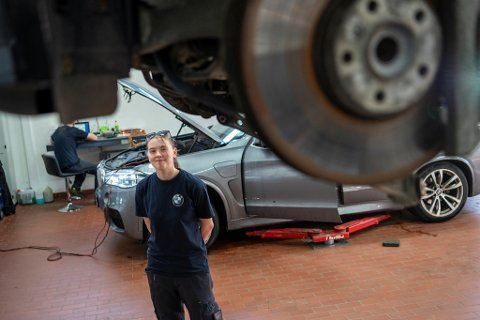 – Jeg vurderte først å bli elektriker, men nå føler jeg at mekanikeryrket passer best for meg, sier Tina Nilsen. 19-åringen har det siste året jobbet som lærling hos Jæger på Kokstad, og hun stortrives.