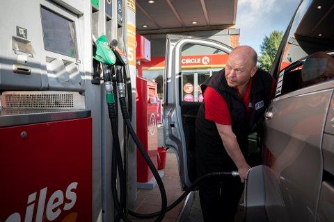 Taxisjåfør Steinar Berge synes dieselprisene er alt for høye allerede. De skal stige ytterligere.