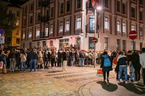 Køene har vært lange etter at Norge åpnet opp igjen. Nå sliter serveringsbransjen med å skaffe nok ansatte.