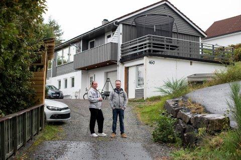 Huset til samboerparet Ellinor Seim og René Hauge ligger helt på kommunegrensen mellom Bergen og Bjørnafjorden. Like nedenfor kommer en ny bomstasjon som avskjærer dem fra å kjøre gratis til byen.