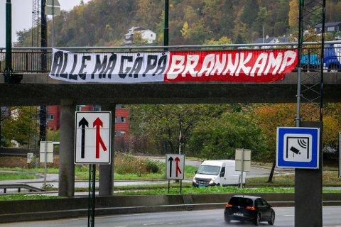 Dette banneret er en av flere Brann-supporterne har hengt opp for å få bergenserne på Brann-kamp søndag.
