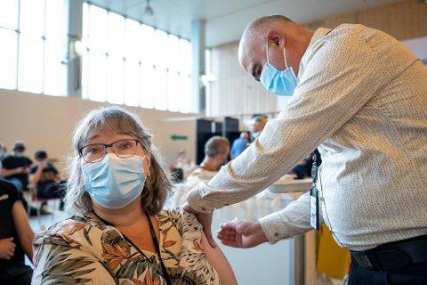 Her får vaksinesjef i Bergen Elisabeth Engelsen andre dose med koronavaksine satt av driftsleder for vaksinestasjonene Hossein Therani. Nå skal de i gang med å gi alle over 65 år tredje dose.
