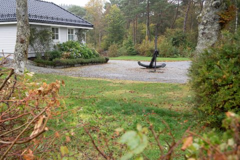 I denne hagen på Hjellestad ligger ankeret som ble etterlyst i summetonen mandag. Ifølge innehaveren jobbes det med å finne et nytt hjem for praktgjenstanden.