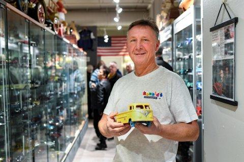 Ronald Hansen viser frem leken han fikk tak i for halvannet år siden. Han mistet en helt lik bil da han var åtte. Siden den gang har han lett etter den.