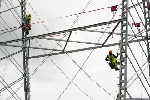 Montører under arbeid i en monstermast i Hardanger. Aldri har strømprisene i Sør-Norge vært høyere enn nå. Men det er flere grep du som strømkunde og boligeier kan ta for å redusere strømregningen din.