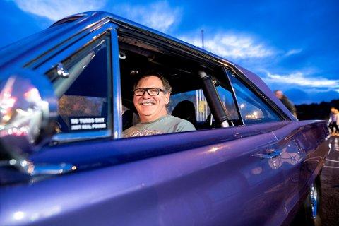 Arve Helland forteller at han eier 10-15 biler. Torsdag er han på plass i en lilla Dodge med 600 hestekrefter.
