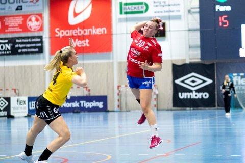 Fana og Christine Karlsen Alver viste igjen at de kan hamle opp med de beste lagene i Norge. I går fikk topplaget Sola bank i kvartfinalen av cupen i Fana Arena. foto: Skjalg Ekeland