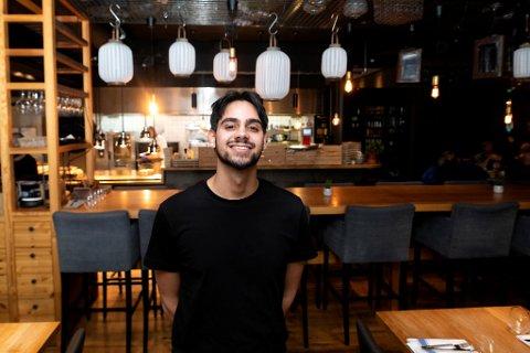 Gjennom Time2Staff har Omar Khan (19) skaffet seg deltidsjobb som servitør i restauranten til Clarion Hotel Bergen Airport.