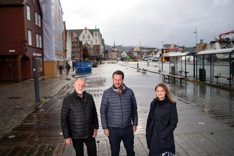 Gustav Bahus t.v.), Helge André Njåstad og Marte Monstad vil fri Bryggen fra skinner.