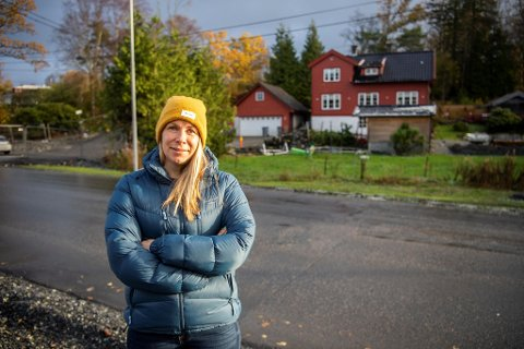 Tone Reimers Brakstad er frustrert over den nye veien foran huset hun bor i sammen med familien.