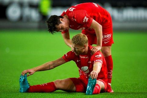 Mathias Rasmussen gir Sivert Heltne Nilsen noen trøstens ord etter 3-3-kampen mot Odd.