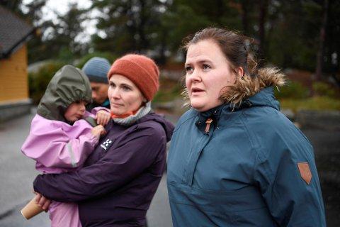 Veronica Storebø (t.h.) kan ikke forstå hvordan kommunedirektøren nå har landet på at han vil legge ned Blomvåg skule.