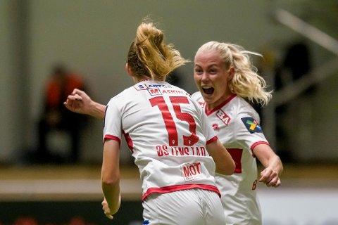 Målscorer Marthine Østenstad og Guro Bergsvand jubler etter Sandviken 1-0-mål i semifinalen mot LSK Kvinner.