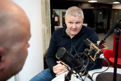Mons Ivar Mjelde forklarer Jan Gunnar Kolstad – og lytterne – hva som foregår når stressede fotballspillere så gjerne vil forsvare en ledelse. Slik Brann prøvde mot Mjøndalen.