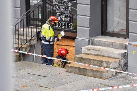 Hypotesen til politiet og plan- og bygningsetaten er at gravearbeider i kjelleren i Vestre Torggate 16 kan ha utløst forskyvninger på nabobygget.