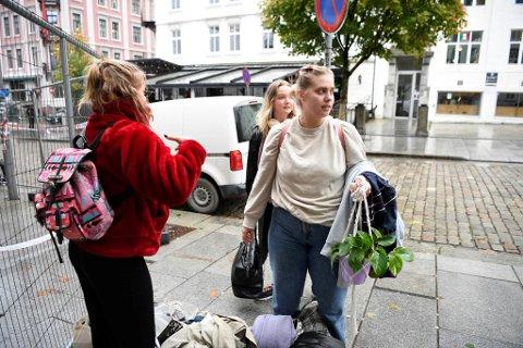 Ingrid Kvadsheim hentet med seg en plante, pc, klær. Hun er oppgitt over at de ikke få hjelp fra politiet, utleier eller kommunen. – Det har vært mye forvirring og ulike beskjeder, sier hun.