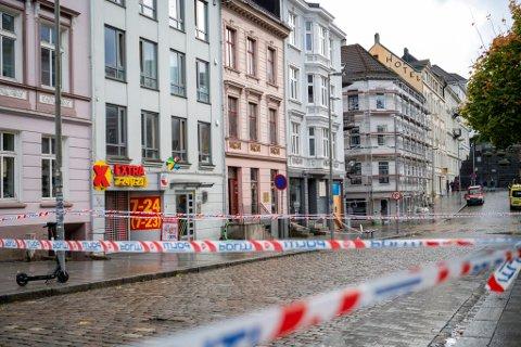 Store området ble sperret av og næringer stengt ned i Vestre Torggaten mandag ettermiddag.
