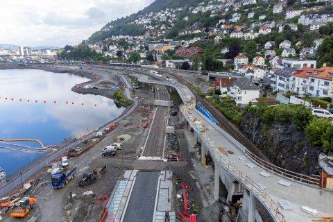 Bybanen til Fyllingsdalen og andre store byggeprosjekter på Vestlandet kan bli dyrere enn planlagt fordi råvareprisene har skutt i været. Varelevering verden over går tregere i kjølvannet av pandemien.