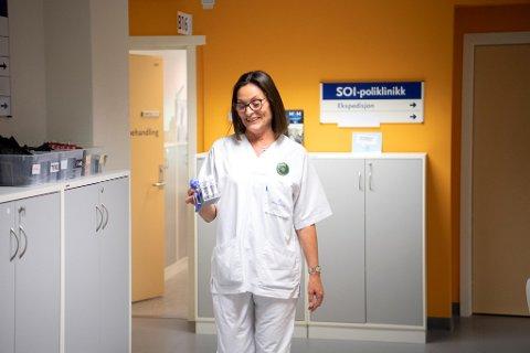 Helsesekretær Tone Jørs tar alt ekstraarbeidet med godt humør. Siden sommeren har hun pakket hundrevis av klamydiatester.