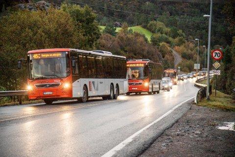Køene på Sotra blir bare lengre og lengre. Ordføreren mener buss er løsningen på problemet.