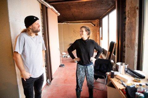 Adrian og Cathrine Talleraas bruker all fritiden sin på å bygge ny bar i Sandviken. Nå gjenstår bare litt opprydning så er lokalet klart for å ta i mot gjester.