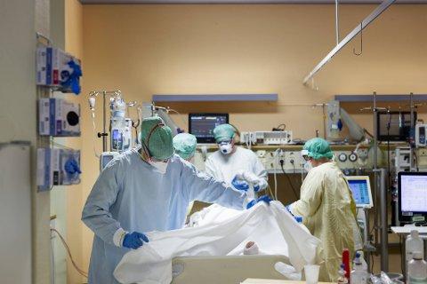 Her er helsepersonell i arbeid på intensivavdelingen på Haukeland med en koronapasient.