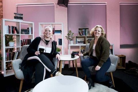 Mona B. Riise og Siss Vik har brukt mye tid på å forberede seg til sendigen de skal ha på Litteraturhuset.