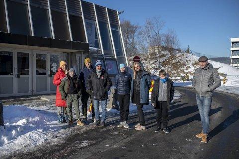 Utallige barn og voksne bruker Bergenshallen fra syv om morgenen til elleve om kvelden. Fra venstre: Beate Skjold og sønnen Matheo Skjold (13), Martin Hansen Guerra, Geir Brandshaug, Joanna Ottesen (12), Trine Ottesen, Daniil Valanov (12) og Jan Inge Skogheim.