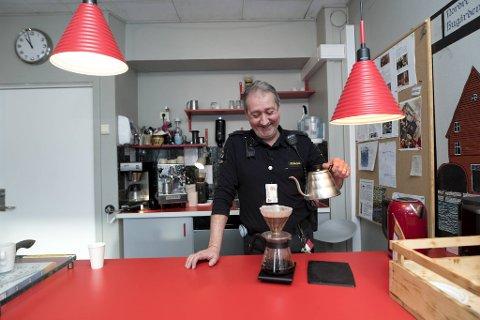 Alexander Carlson er hektet på kaffeproduksjon og foretrekker å trakte kaffen på V60-måten.