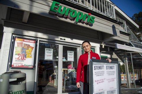 Assisterende butikksjef Kine Kvamsdal på Europris er en av mange i Bergen og omegn som permitteres for tiden.