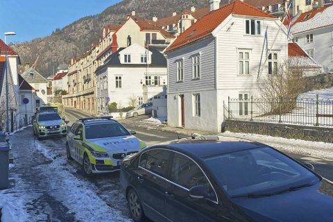 Bilde fra Sandvikstorget hvor politiet kom mannsterke etter melding om en trusselsituasjon.