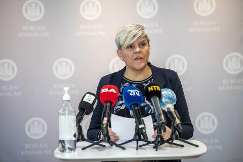 Beate Husa orienterte pressen om smittesituasjonen mandag.
