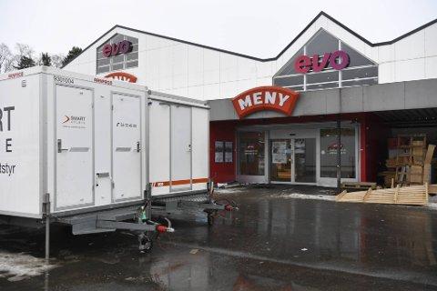 Alt arbeid i Meny-butikken ble lagt ned mandag. Totalt tre byggearbeidere har testet positivt på korona.