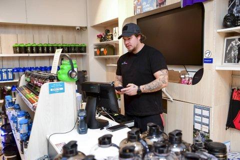 Salgssjef Martin Petterson i Odin Nutrition forsto lite da helsekostbutikken først fikk beskjed om å holde stengt mandag. Senere kom kontrabeskjeden.