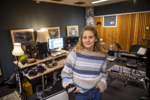 Ingrid Døssland aka Døssi, har lenge hatt identitetskrise. Ut fra den kom en utdanning innen økonomi, og full satsing på musikken.