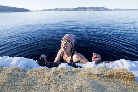 Isbader Tine Rude tar med seg Borealis-staben på isbading hver fredag etter jobb.