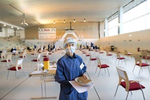 Sykepleier Grete Augestad jobber ved den nyåpende vaksinasjonsstasjonen i Sentralbadet.